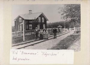 Årby banvakt Vid bommarna Sågviken i bakgrunden